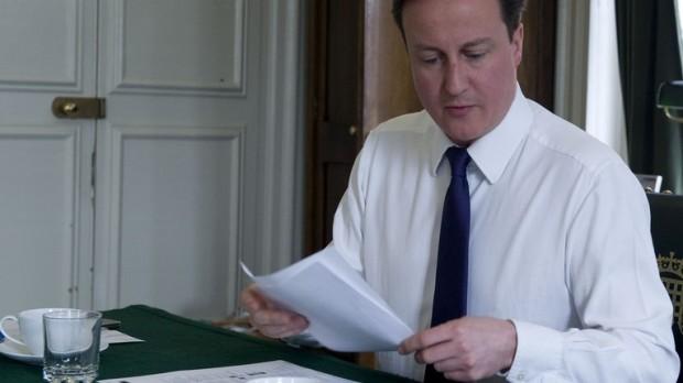 Cameron: Midt i et minefelt, men sikker i stolen