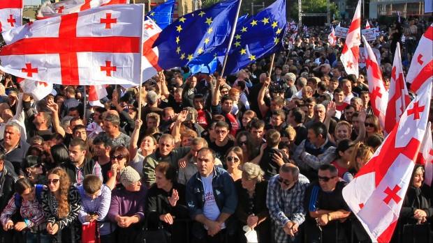 Tvekamp i Kaukasus: Georgien vender sig mod EU, men er omringet af Ruslands venner