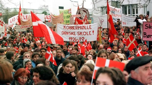 """""""Danskhed og det danske sprog står stærkere end nogensinde syd for grænsen. Skyldes det, at danskhed er noget andet end nord for grænsen?"""" Analyse af Ole Aabenhus"""