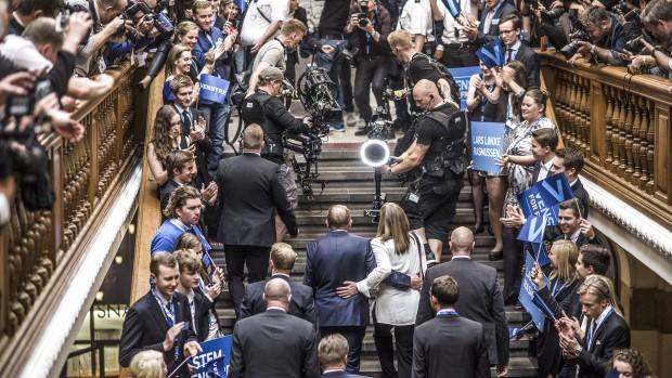Victor Boysen: Med de evindelige julelege på Christiansborg bliver vælgerne bekræftet i fordommen om de virkelighedsfjerne folkevalgte, der lever i en osteklokke